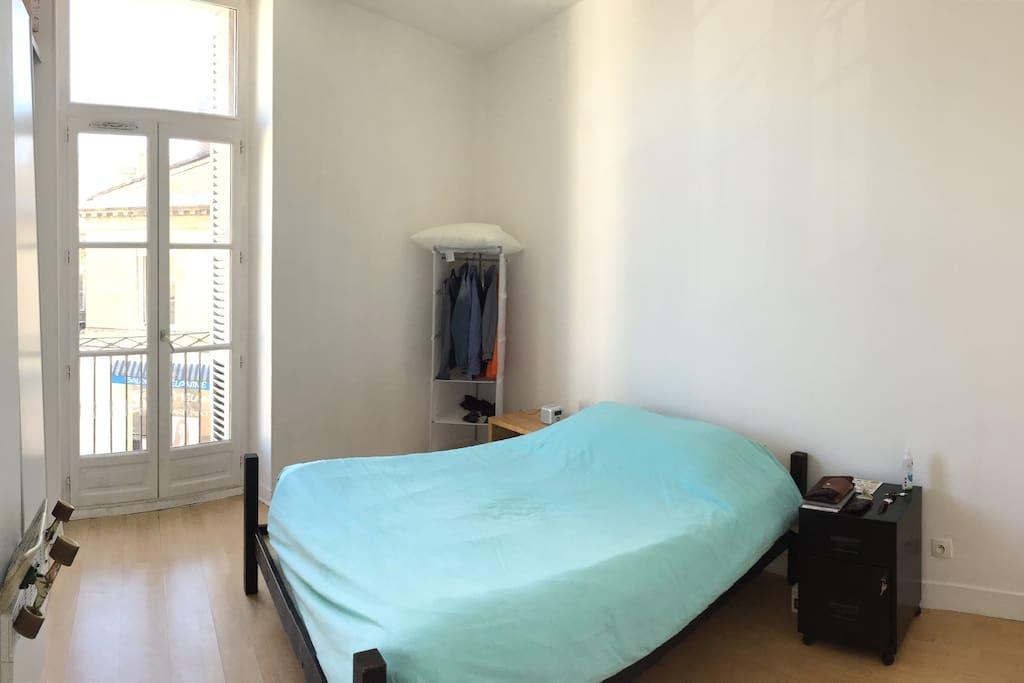 Une première chambre, la plus petite. Deux personnes en lit double