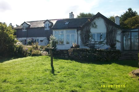 Snowdonia cottage with great views - Tregarth