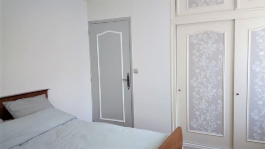 Chambre 1  avec grands rangements