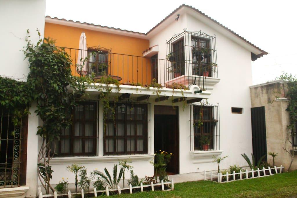 Frente de la casa con su color actual.