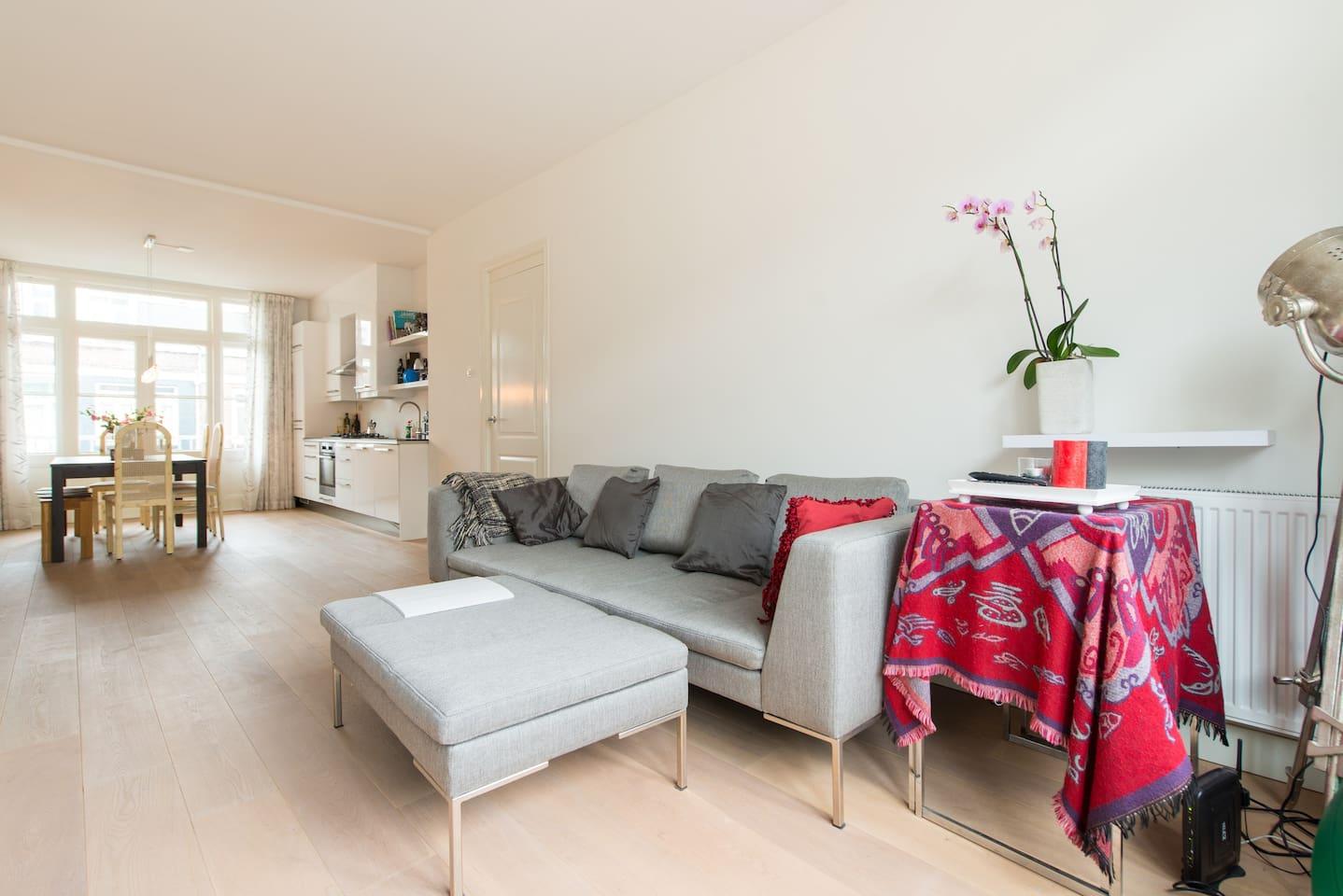Bright living/kitchen with balcony at front and in the back of the apartment - Doorzon woonkamer/open keuken met balkon voor en achter
