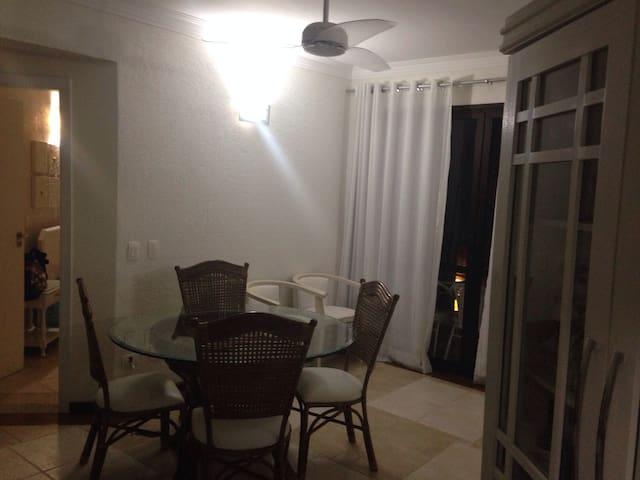 Sala no andar de baixo, com varanda.