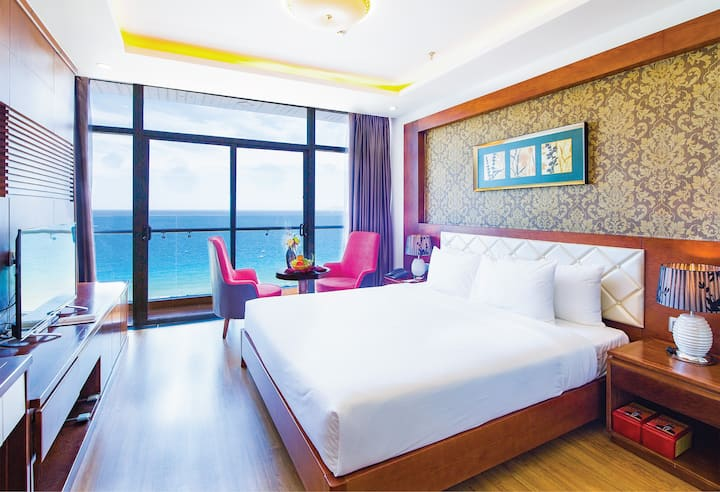 Le Hoang Beach hotel | King bed with seaview