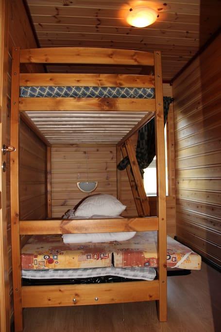 Det minste soverommet har familiekøye med 3 sengeplasser