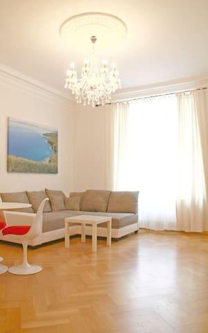 Luxuriöse 3 Zimmer Altbau-Wohnung - Munich