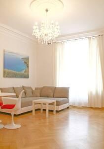 Luxuriöse 3 Zimmer Altbau-Wohnung - Munique