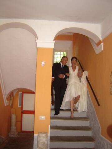 La sposa accompagnata dal papà prima della celebrazione