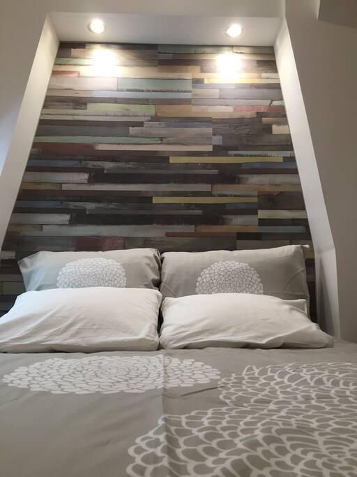 Le lit double avec son alcôve et ses couleurs chatoyantes