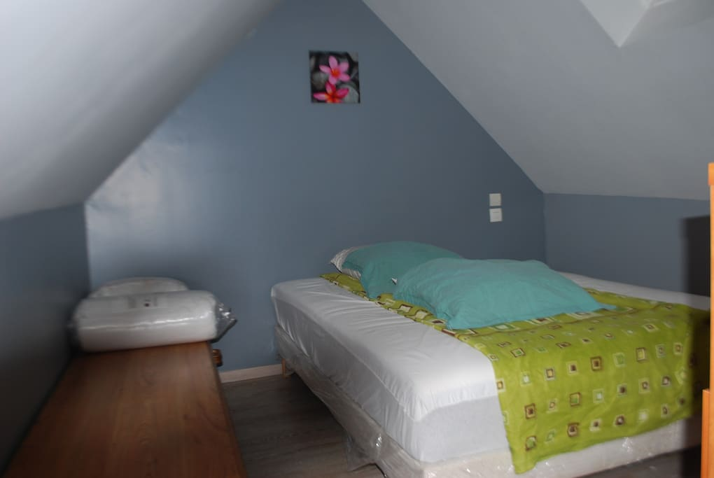 en mezzanine, chambre avec lit 140x190