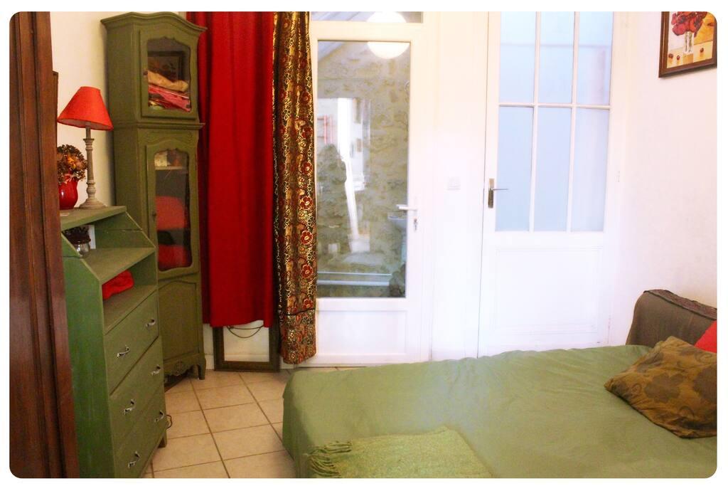 Chambre avec salle d'eau (toilette+lave main) et douche privative