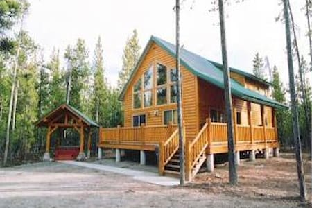Top 20 yellowstone national park vacation cabin rentals for Cabins near yellowstone west entrance