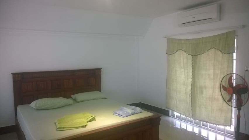 Simple room in Khmer style house - Phnom Penh - Hus