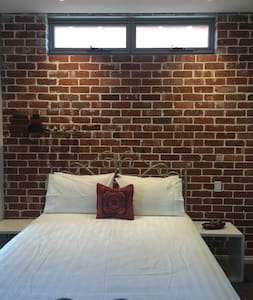 The Red Door On The Highway - South Perth - Bed & Breakfast
