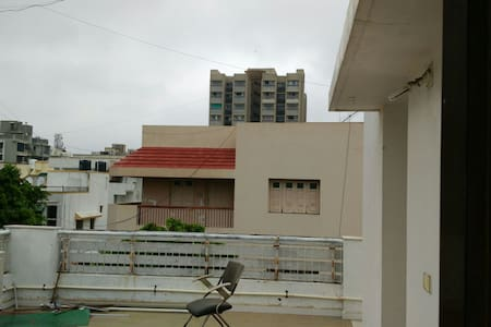 Peaceful spacious attached terrace. - Ahmedabad - Lägenhet