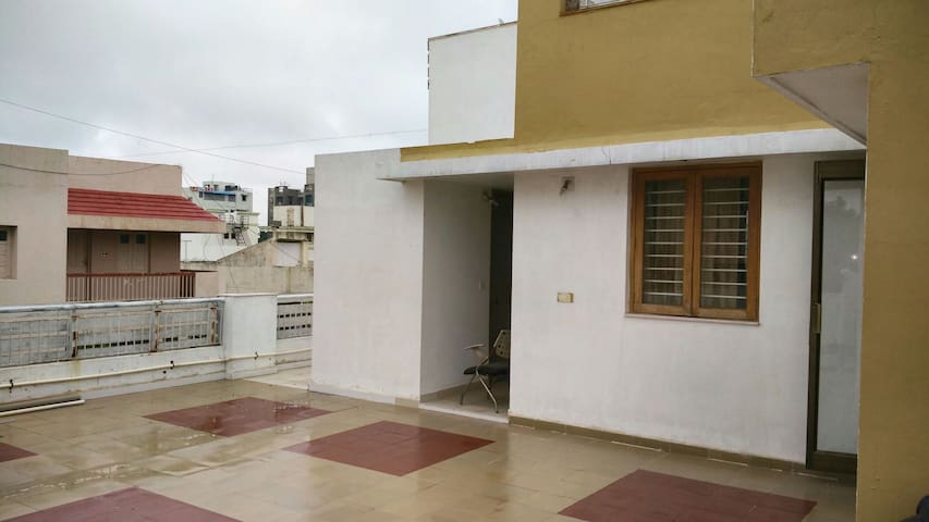Peaceful spacious terrace homestay! - Ahmedabad - Wohnung