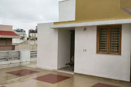Peaceful spacious terrace homestay! - Ahmedabad - Lakás