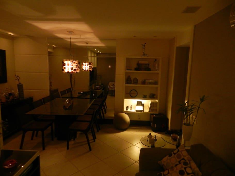 Sala ampla,com Tv  por assinatura,ar condicionado,caixas de som ,sofa,sacada