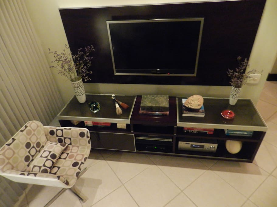 Rack:T.V.,Reciever,DVD,Canal por assinatura,Subwofer