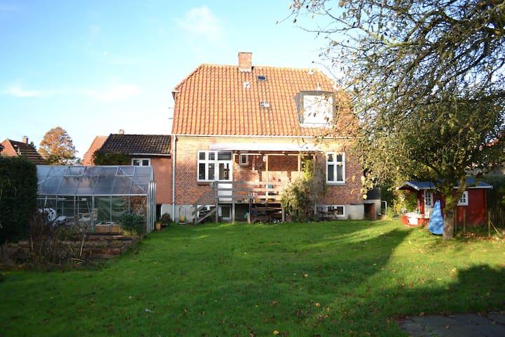 Child-friendly with a big garden - Vanløse - Huis