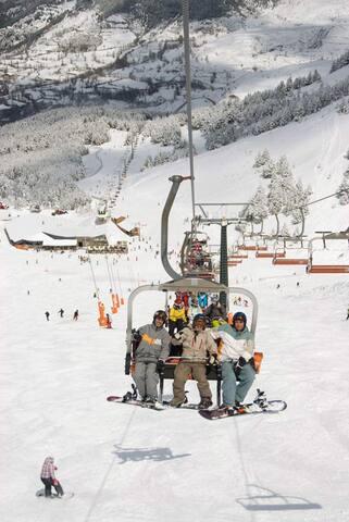 Cozy Wooden Attic Pyrenees 1room 4 guests - Castejón de Sos - Lägenhet