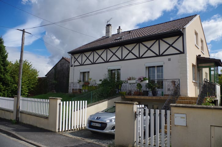 Maison avec jardin, tout le rdc est accessible, salon, séjour et cuisine.