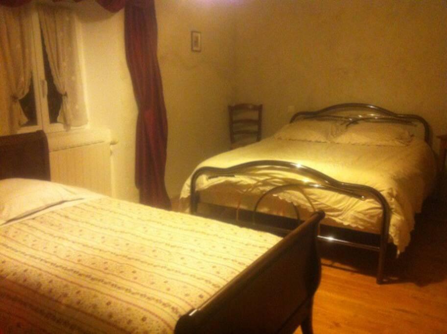 Chambre composée de 1 lit double et deux deux lits une place, sale de bain (douche et lavabo attenant à la chambre