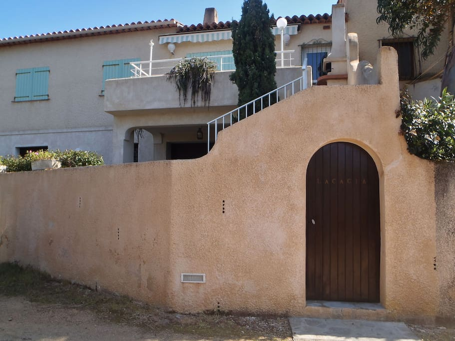 The house offers 2 seperate apartments with outdoor stairs.