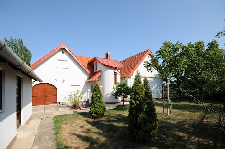 Huge house in Örvényes, with home made bottle wine - Örvényes - Ev