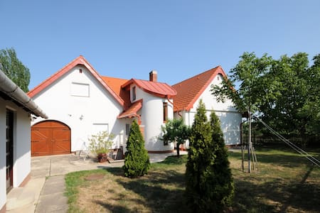 Huge house in Örvényes, with home made bottle wine - Örvényes - Haus