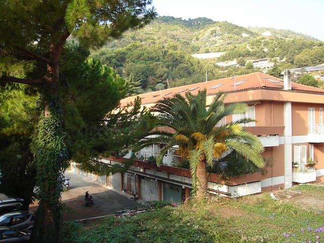 Vista Mare luminoso alloggio con terrazzo - Latte - Apartamento