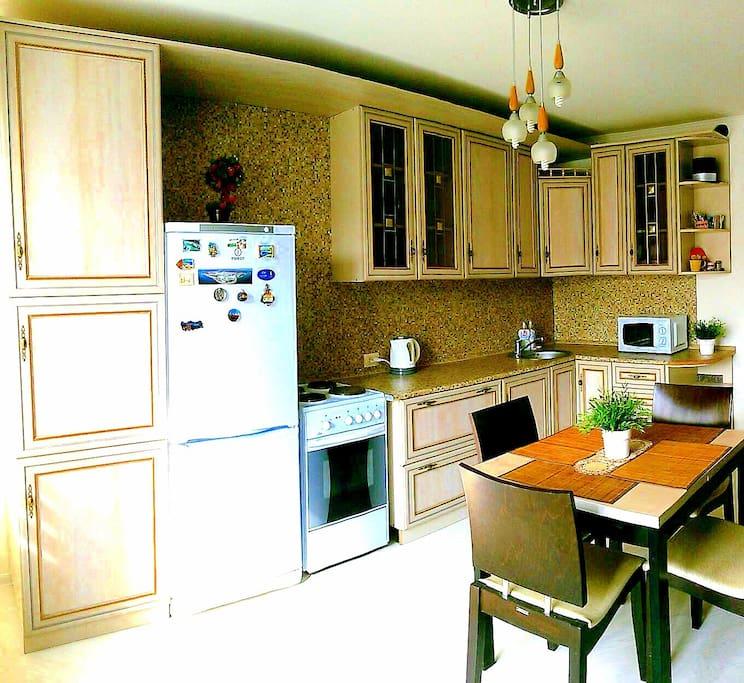 большая кухня 14кв.м., с посудой и техникой