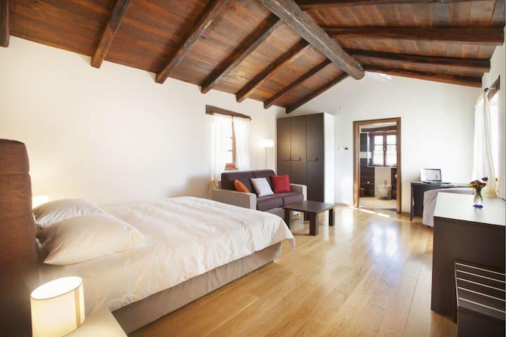 Villa Poropati, Wing A (1. floor): En-suite bedroom with two single beds (2 x 90cm x 200cm)