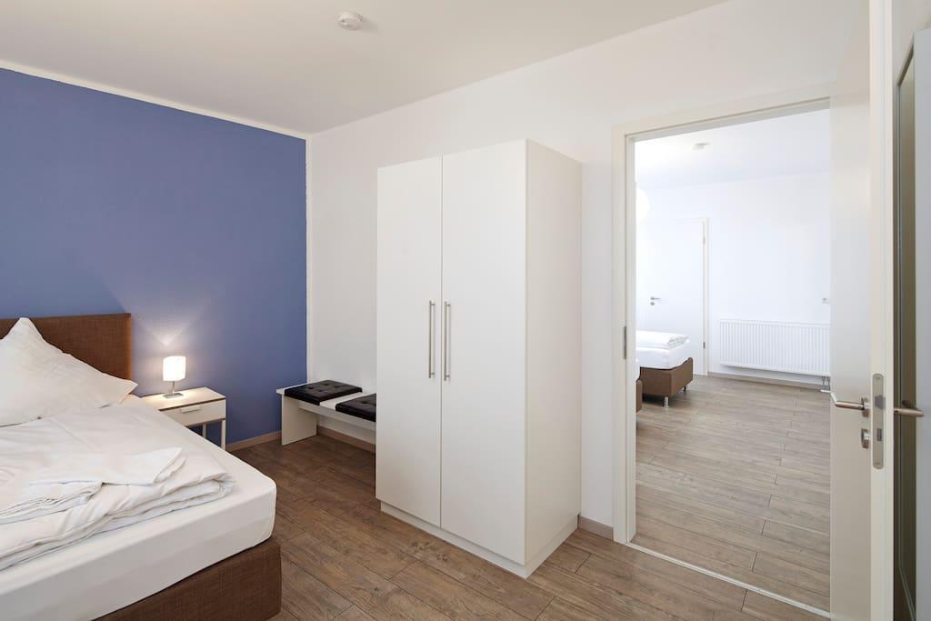 Unser Familienzimmer bietet Platz für bis zu vier Personen. Dabei hat jedes der zwei Zimmer einen separaten Eingang und ein eigenes Badezimmer. Die Verbindingstüre erlaubt den Eltern aber einen schnellen Kontrollblick ;)
