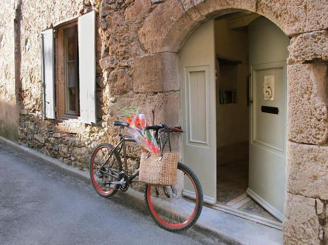 L'Ecritoire   Romantic Medieval French house - Caunes-Minervois