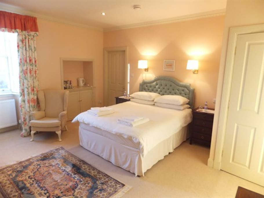 Peach Room - kingsize bed, ensuite, tv in room. small single bedroom attached for 3rd person or child