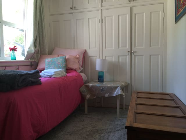 Lovely room, TV, beautiful area - Henfield