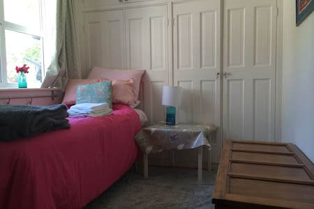 Lovely room, TV, beautiful area - Henfield - Rumah