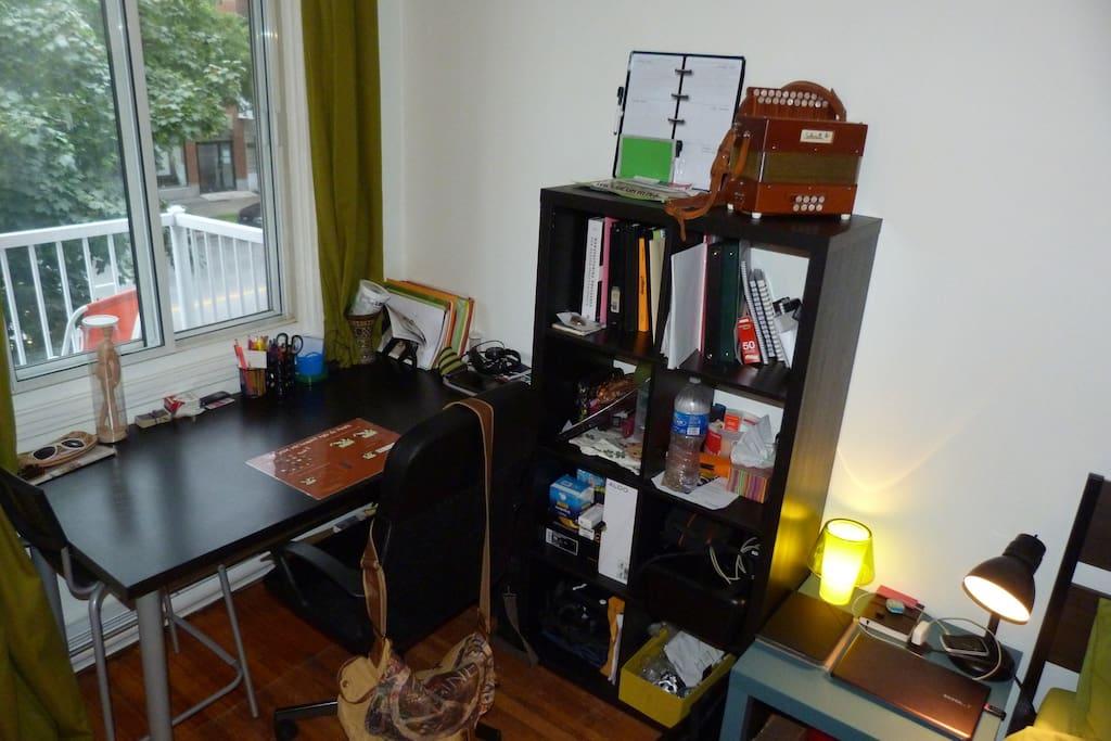 Bureau et étagère de rangement