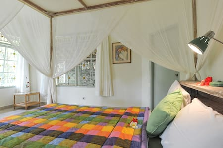 This is a newly renovated bright and cheery bungalow perfect for a single or couple.   Only 1 mile from Ubud center, you feel a million miles away here in this peaceful retreat set among lush tropical gardens.