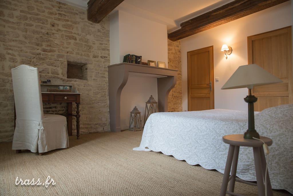 Une belle grande chambre romantique houses for rent in givry bourgogne france - Belle chambre romantique ...