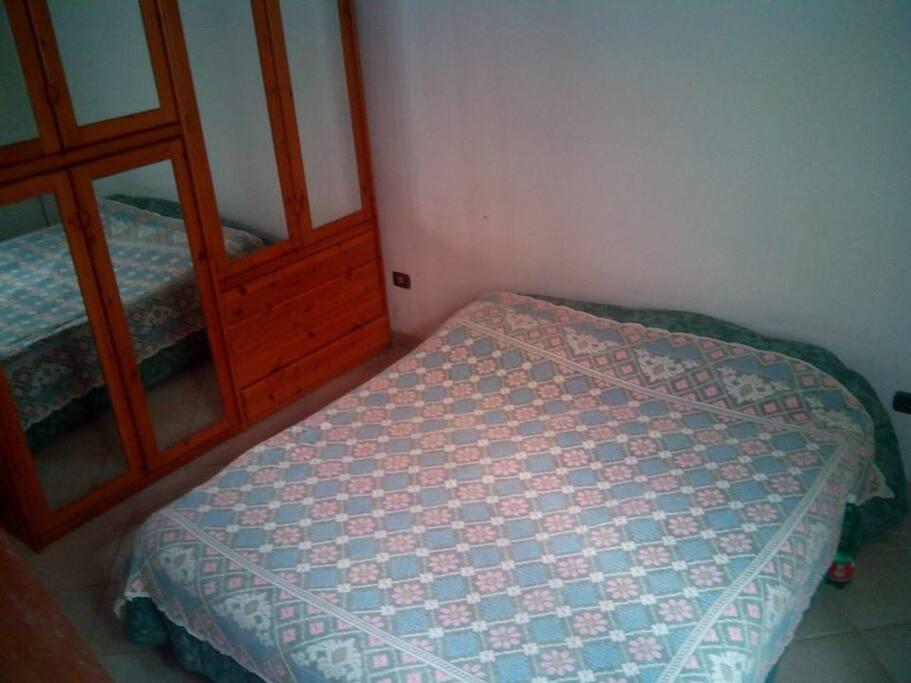 Letto matrimoniale principale stanza da letto.