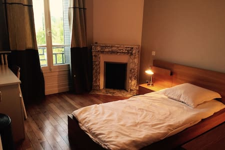 Peaceful bedroom in charming house - Colombes