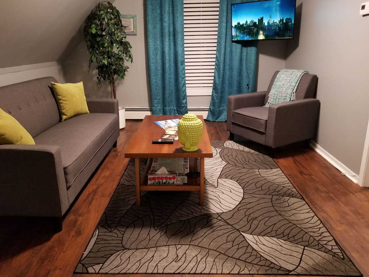 Cozy New living room with a Nice TV with cable and wifi for you to enjoy