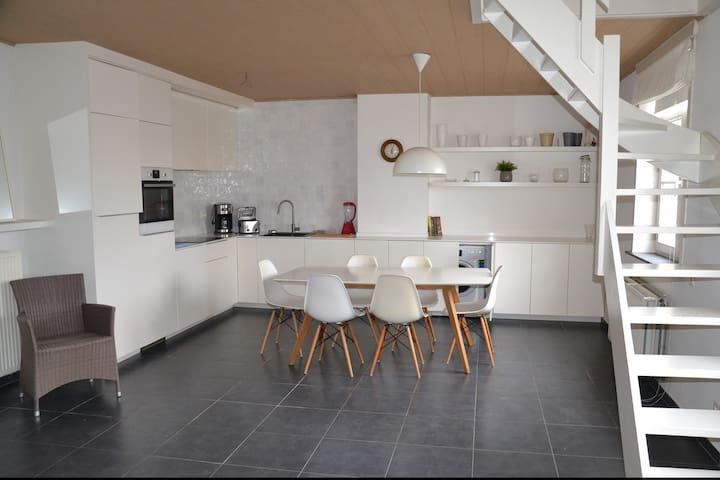 Spacious private apartment in the heart of Damme