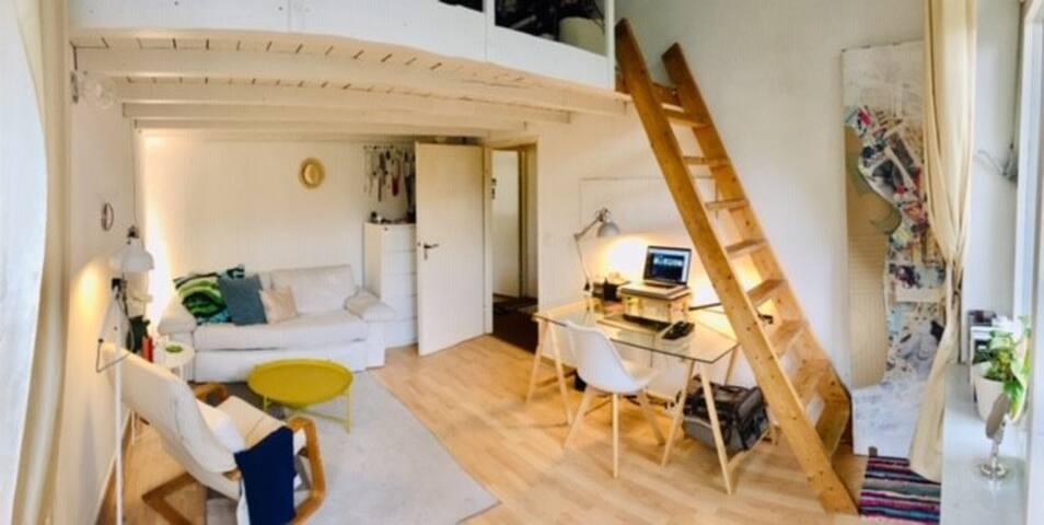Beautiful Split-Level Oasis - balcony & king size