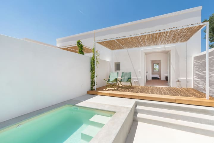 """Contemporary Holiday Apartment """"Masseria Pensato Suite Ulivo"""" with Heated Pool, Wi-Fi, Terrace & Garden; Parking Available"""