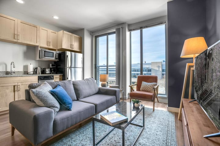 Bright + Cozy Southie Studio, Gym, walk to Seaport, by Blueground