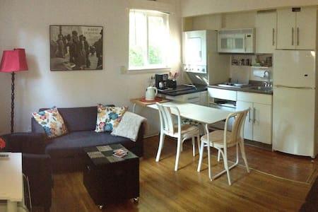Bright and cozy, private apt. in suburban forest - Garrett Park - 公寓