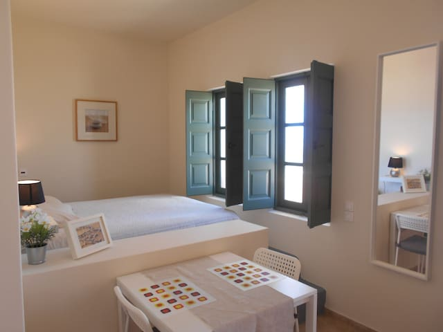 Sunny and Cozy studio close to Oia with seaview