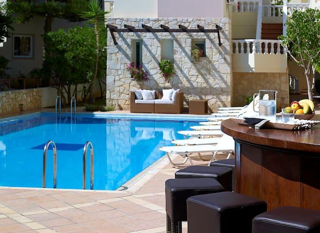 Elotis Suites - Agia Marina - Bed & Breakfast